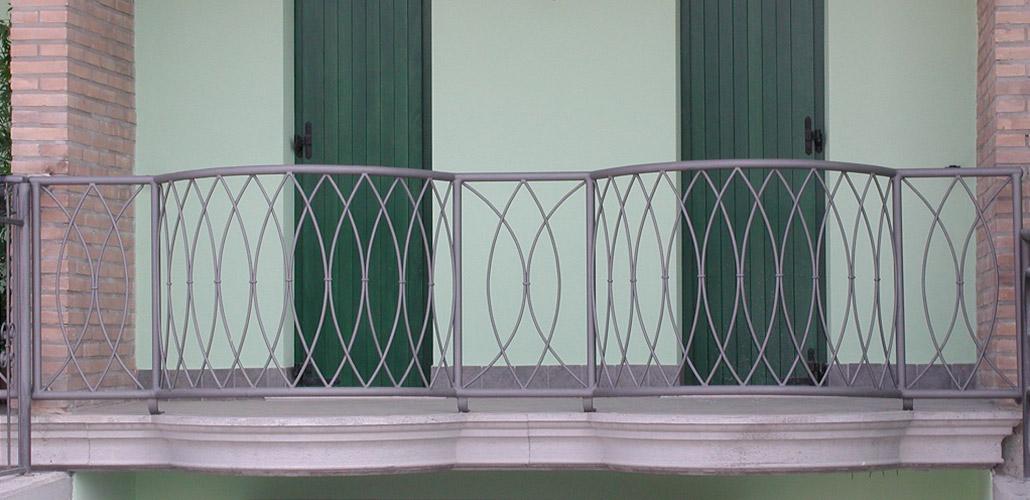 Parapetto balcone in ferro battuto - Ringhiere in ferro battuto per balconi esterni ...